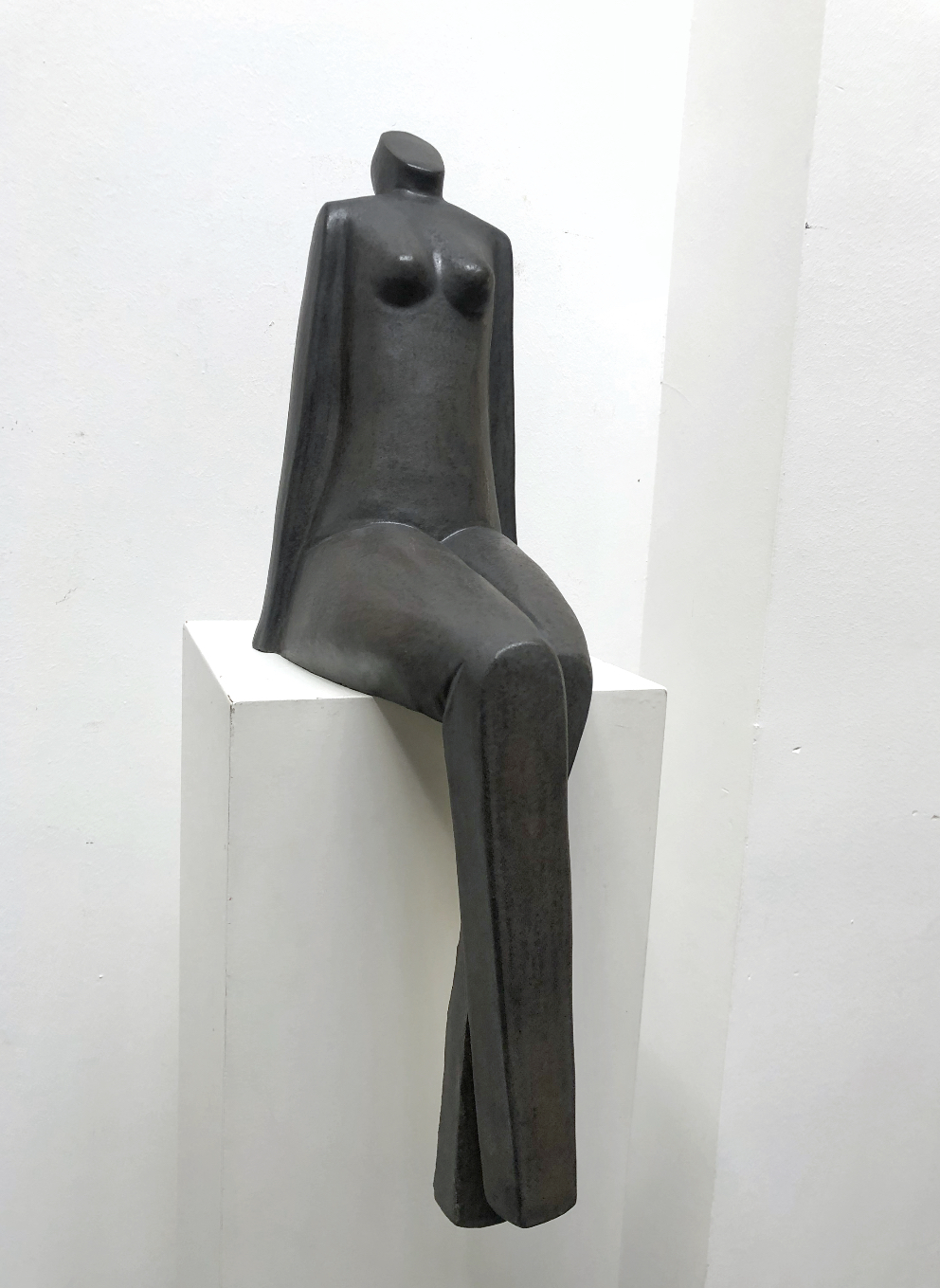 Zittende vrouw – keramiek