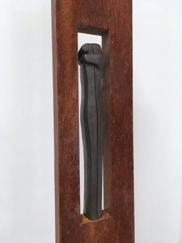 Stalen zuil met keramiek beeld van de Omarming
