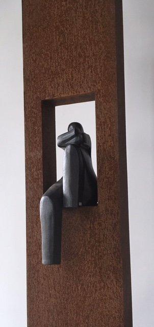 Zuil met keramiek beeld van een Zittende Vrouw
