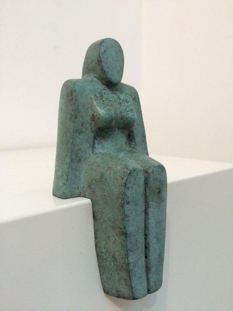 Zittende vrouw – Gepatineerd brons