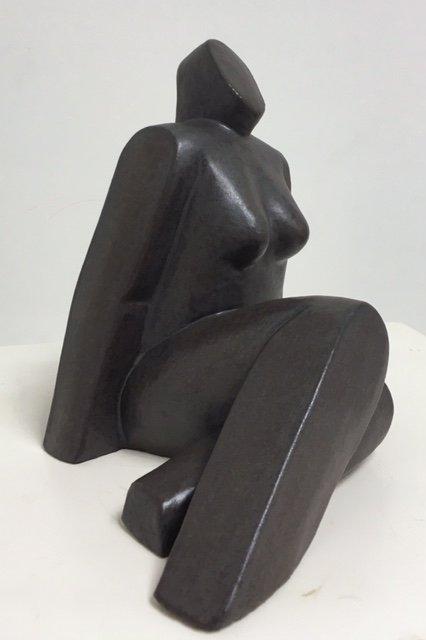 Zittende vrouw benen schuin – keramiek