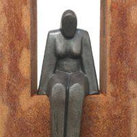 Zittende vrouw (keramiek) in Cortenstalen zuil