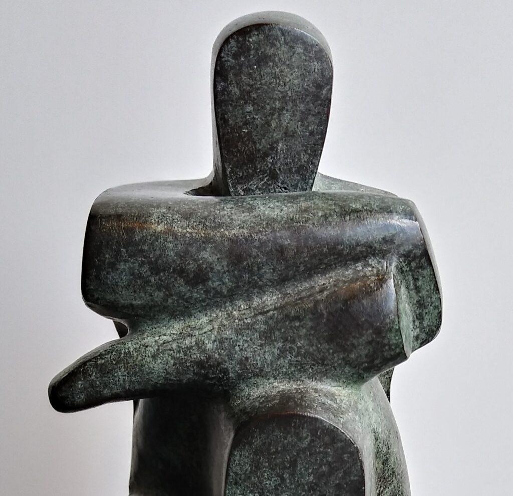 Vrouw op sokkel – gepatineerd brons