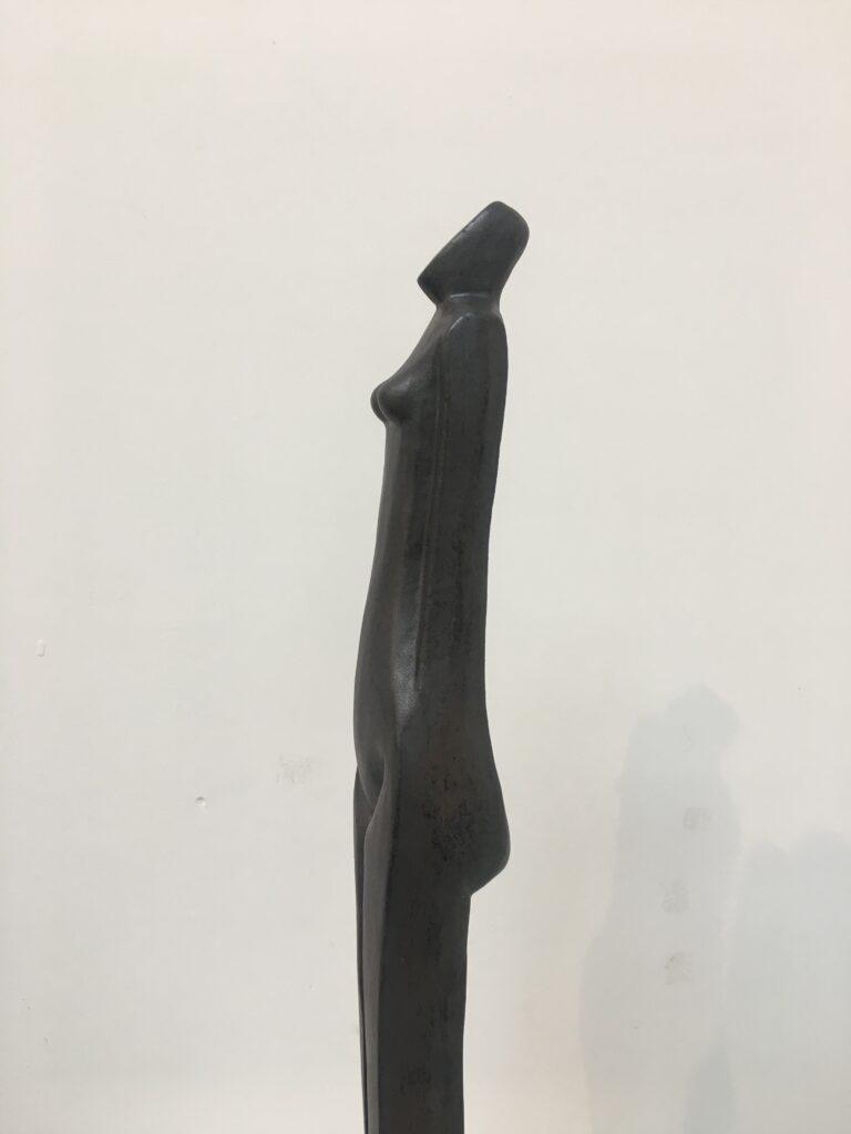 Vrouw (keramiek) op stenen voet