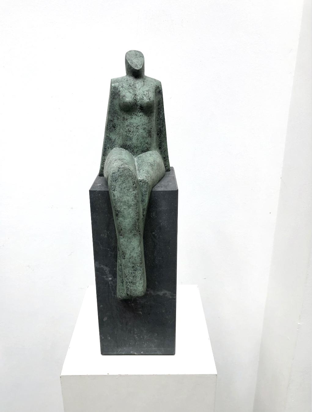 Vrouw op sokkel – gepatineerd brons.