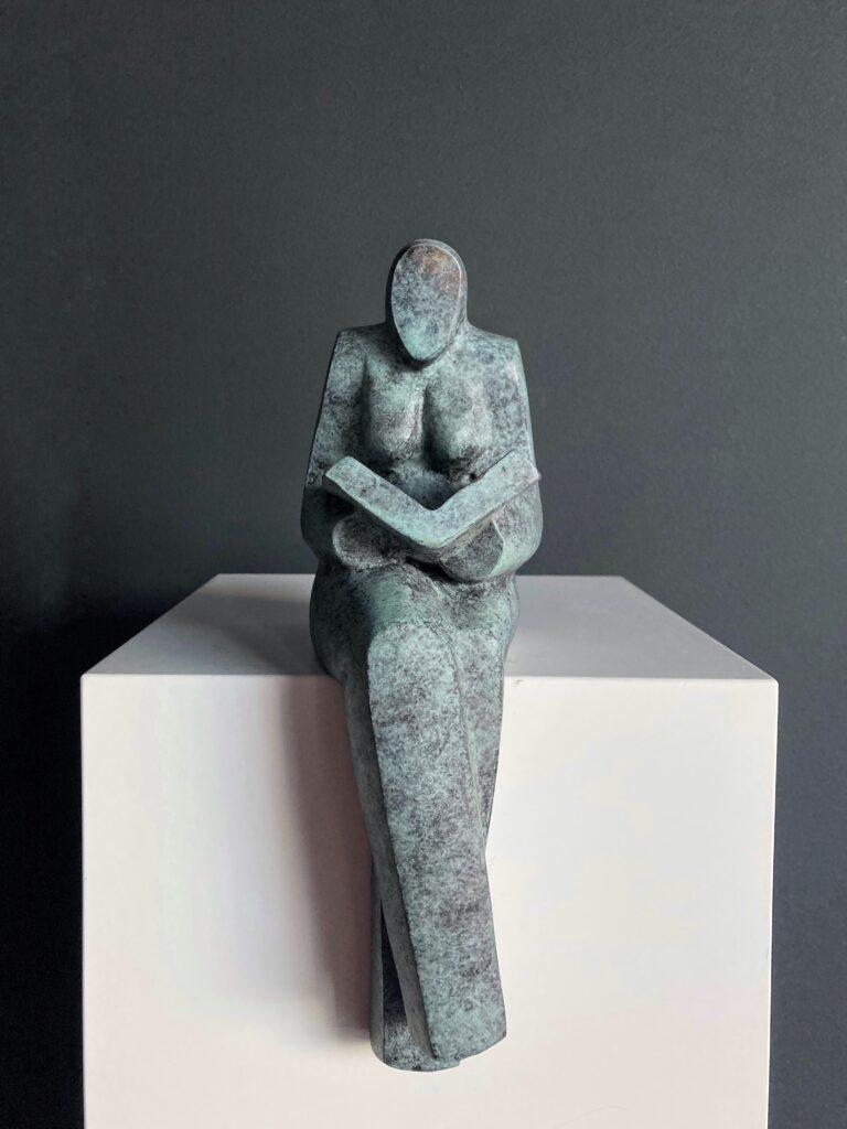 Lezende vrouw – gepatineerd brons